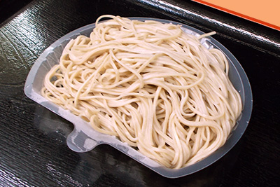 茹で上がり後、専用の中皿に乗せたそば麺