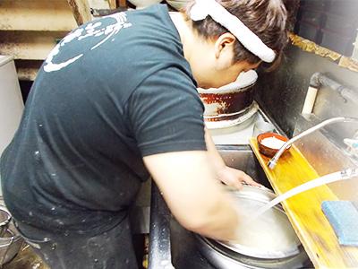 水で冷やしてうどんを締めるうどん職人・浅島じゅんき