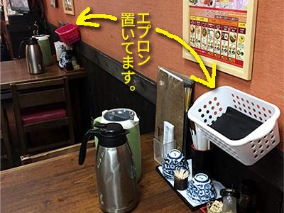 堀江店はこんな風にカレーうどん用エプロン置いてます。