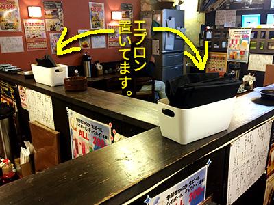 松屋町店はこんな風にカレーうどん用エプロン置いてます。